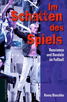 Im Schatten des Spiels: Rassismus und Randale im Fußball - Ronny Blaschke